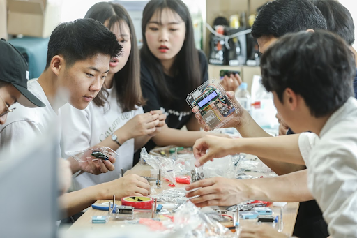 커뮤니티매핑센터에서 미세먼지 센서를 조립하는 부천 송내고 학생들 (2019년)